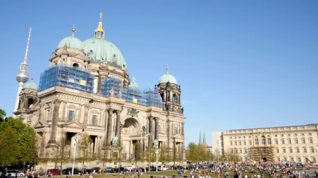 berliner dom ve yeni berliner schloss, zaman atlamalı - kubbe stok videoları ve detay görüntü çekimi