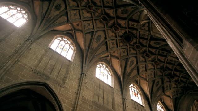 в берне монастырская церковь, швейцарский реформировать собор в старом городе берн - рельефная резьба стоковые видео и кадры b-roll