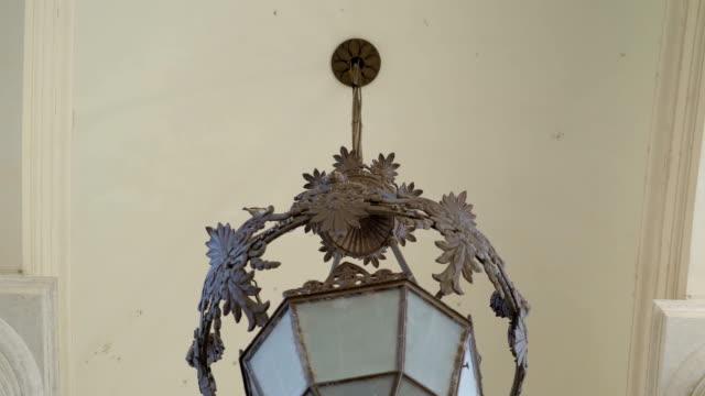 den stora ljuskrona lampan inne i basilikan i vatikanen rom italien - påve bildbanksvideor och videomaterial från bakom kulisserna