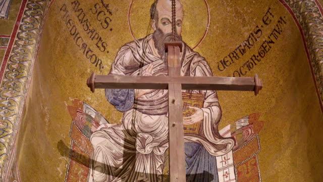 大きなハンギング シチリア島パレルモの大聖堂の内部クロス - モンレアーレ点の映像素材/bロール