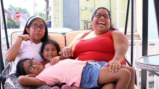 vídeos de stock e filmes b-roll de the big happy latino mexican-american family resting at the porch of his house - corpulento