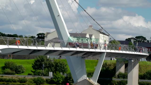 the big peace bridge in the londonderry city - графство дерри стоковые видео и кадры b-roll