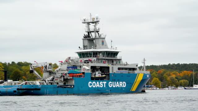 ストックホルム スウェーデンの海に浮かぶ海上保安庁の大きな船 ビデオ