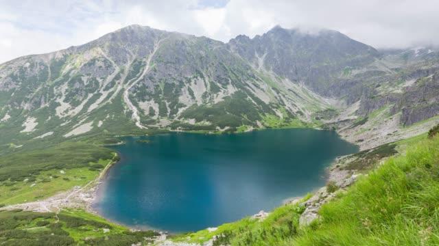 tatra dağlarında kara gölet gasienicowy - zakopane stok videoları ve detay görüntü çekimi