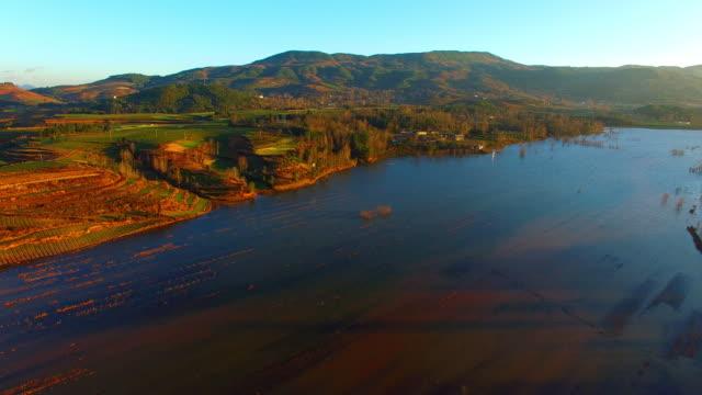 vídeos y material grabado en eventos de stock de la grulla cuellinegra reserva, nianhu lake, yunnan, china - río yangtsé