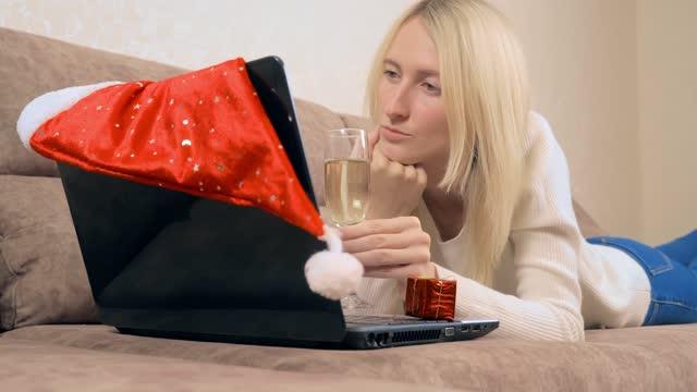 la bionda comunica via skype con parenti o amici. - hand on glass covid video stock e b–roll