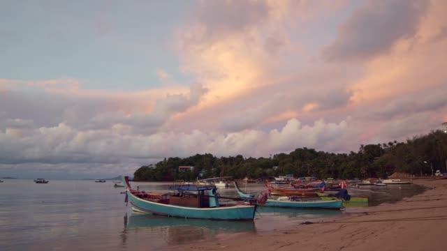 sahilde yüzen mavi balıkçı teknesi - andaman denizi stok videoları ve detay görüntü çekimi