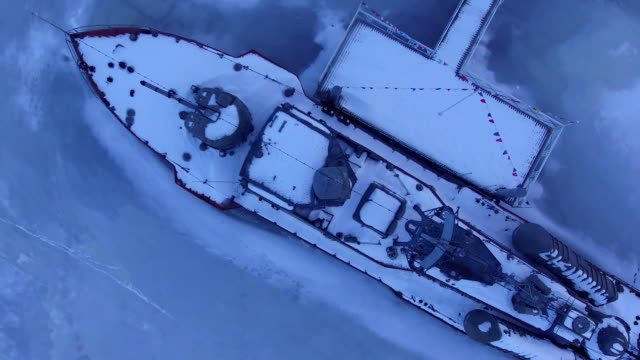 vídeos de stock e filmes b-roll de the boat is covered with snow in the ice - multicóptero
