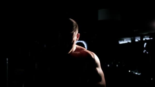 vídeos de stock e filmes b-roll de the bodybuilder is preparing for the competition, training - campeão desportivo