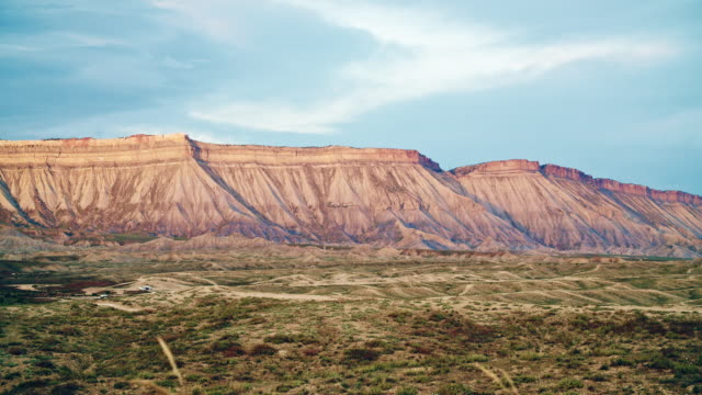 the bookcliffs (rocky mountains) and the surrounding high desert of western colorado near grand junction with mountain bike trails in the foreground at sunset - колорадо стоковые видео и кадры b-roll