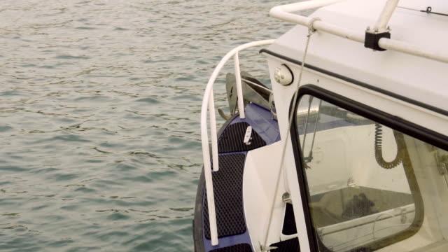 vídeos y material grabado en eventos de stock de la proa de la embarcación y la cabina del capitán - amarrado