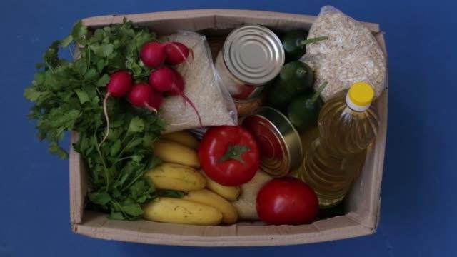 vídeos y material grabado en eventos de stock de la caja para donaciones de alimentos. entrega de alimentos. - food drive