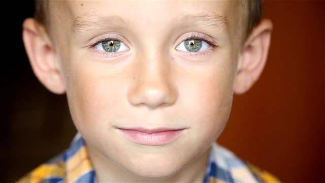 chłopiec patrząc na kamery - surowy obraz filmowy filmów i materiałów b-roll