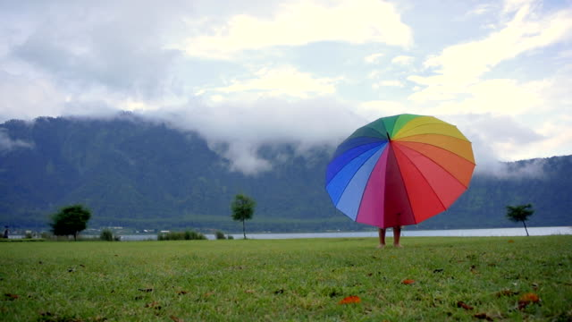 The boy rotates the umbrella on the Bratan lake video