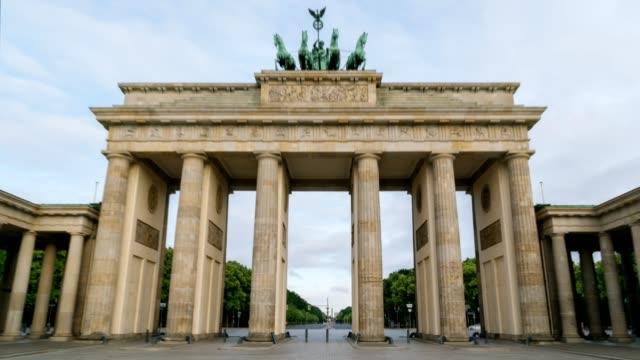 vídeos y material grabado en eventos de stock de la puerta de brandenburgo berlín alemania en la luz de la mañana temprano hyperlapse secuencia de lapso de tiempo larga exposición. (todos los pueblos, letreros y coches son irreconocibles) - berlín