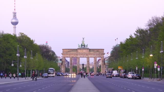 vídeos de stock e filmes b-roll de the brandenburg gate in berlin, germany - berlin wall