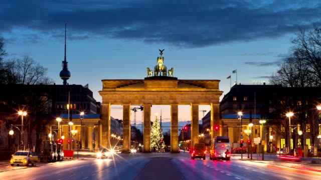 vídeos de stock e filmes b-roll de a porta de brandemburgo - berlin wall