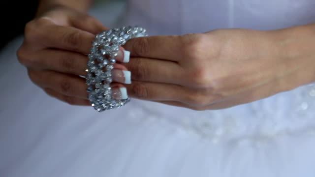 невеста носит браслет - браслет стоковые видео и кадры b-roll