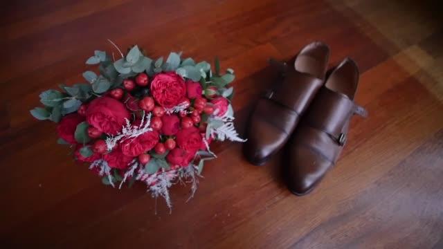 vídeos y material grabado en eventos de stock de ramo de novia de rosas al lado de los zapatos - letra s
