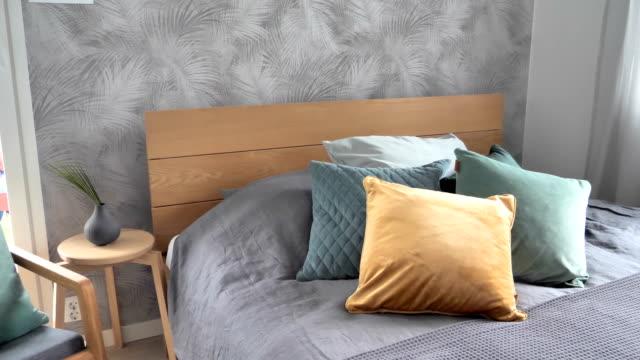 ベッドの上の茶色と緑色の枕 ビデオ