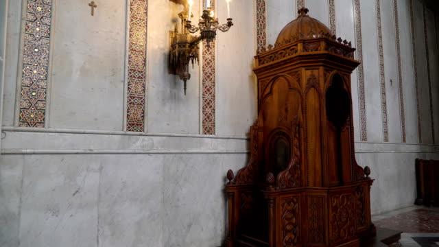 シチリア島パレルモの大聖堂の壁に茶色のキャビネット - モンレアーレ点の映像素材/bロール
