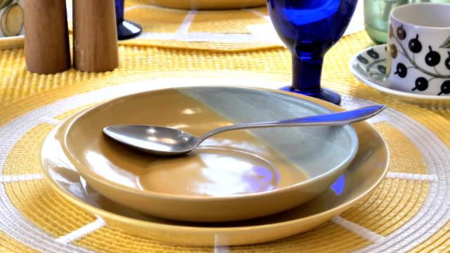 小さなスプーンでテーブルの上の茶色のプレート ビデオ