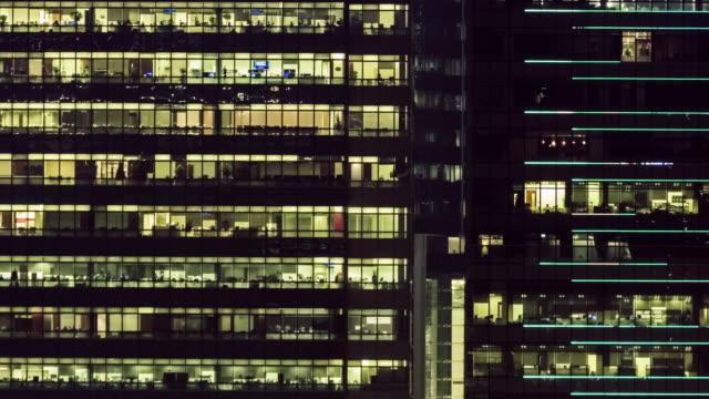 stockvideo's en b-roll-footage met 4 k timelapse(4096x2160): het gebouw kantoor- en stadsgezicht op hong kong en tijd vervallen teamwerk van bedrijf. de cityscape en leven. werken late.panning stijlen. - dubbelopname businessman