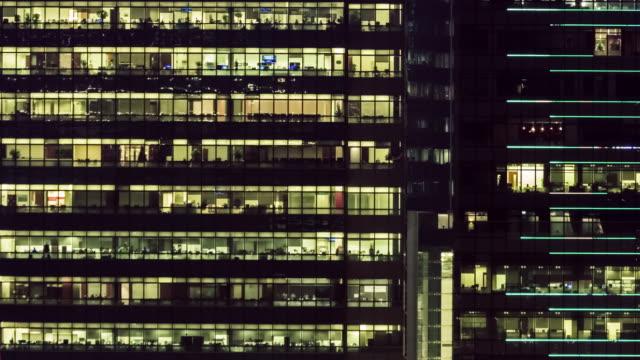 stockvideo's en b-roll-footage met 4 k timelapse(4096x2160): het gebouw kantoor- en stadsgezicht op hong kong en tijd vervallen teamwerk van bedrijf. de cityscape en leven. laat werken. - dubbelopname businessman
