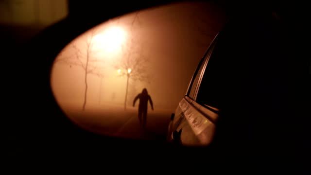 stockvideo's en b-roll-footage met de bully aanvallen van het slachtoffer in de auto - mist donker auto