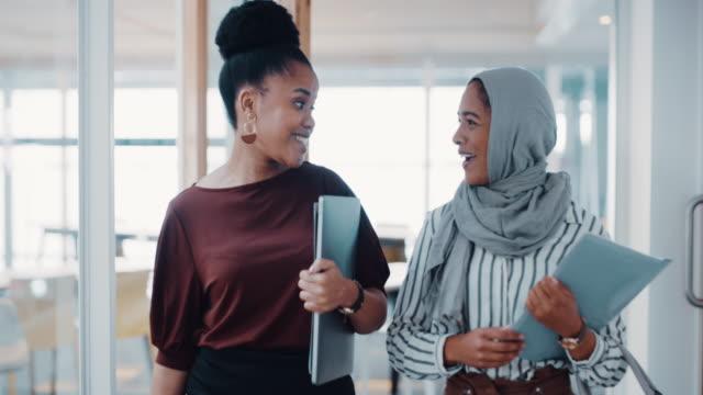 affärsvärlden är bättre redo för sitt varumärke - endast kvinnor bildbanksvideor och videomaterial från bakom kulisserna
