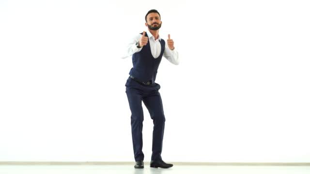 der geschäftsmann auf die weiße wand hintergrund tanzen - mann bart freisteller stock-videos und b-roll-filmmaterial