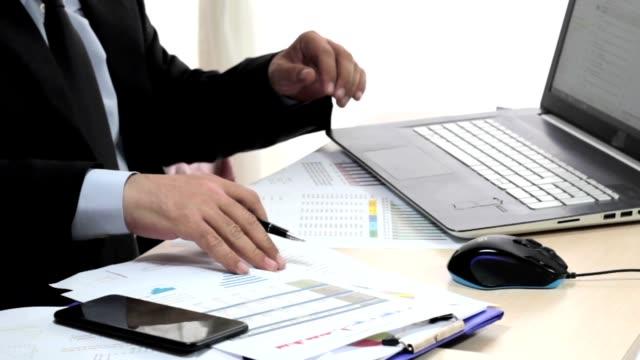İşadamı Çalışma Masası'nı, raporları inceleyerek ve para sayma. video