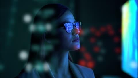 l'imprenditrice in piedi vicino allo schermo - in movimento video stock e b–roll