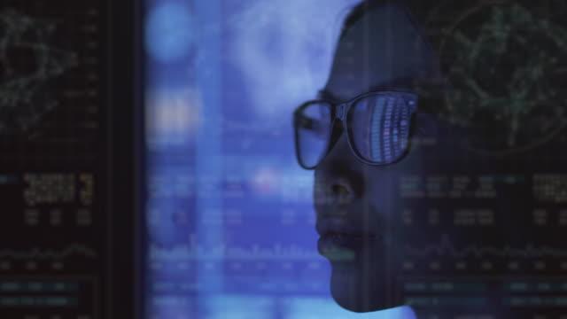 vídeos y material grabado en eventos de stock de la empresaria que trabaja con datos en una pantalla azul - datos