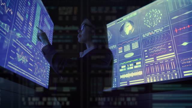 bizneswoman pracuje z niebieskim ekranem w ciemnym biurze - zagadnienia filmów i materiałów b-roll