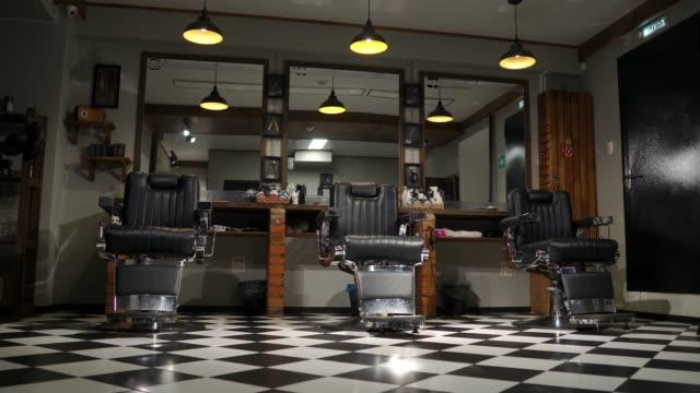 vidéos et rushes de la caméra sur le steadicam montre l'intérieur d'un salon de coiffure avec un beau design - salons et coiffeurs
