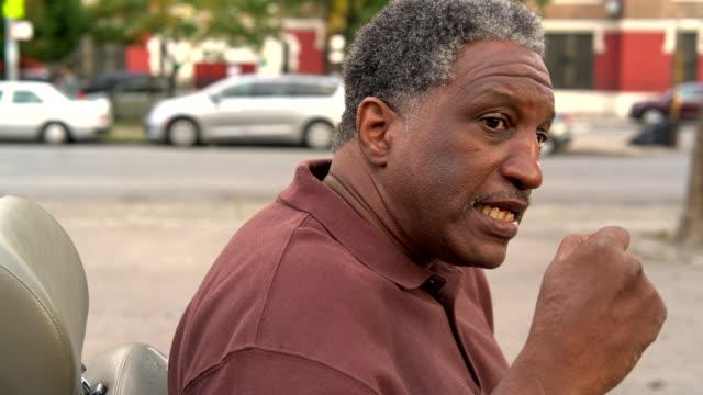 El video candid de la familia Black a la muchacha adolescente blanco colgado en la Plaza de Bronx - vídeo
