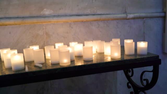 シチリア島パレルモの大聖堂でテーブルの上のキャンドル ガラス - モンレアーレ点の映像素材/bロール