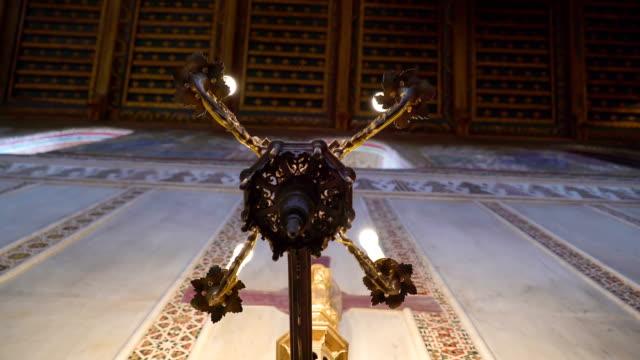 シチリア島パレルモの大聖堂の内部の壁に取り付けられた蝋燭ホールダー - モンレアーレ点の映像素材/bロール