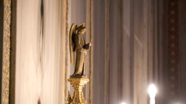 シチリア島パレルモの大聖堂の祭壇のろうそく - モンレアーレ点の映像素材/bロール