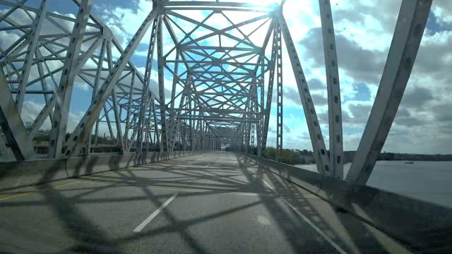 vídeos de stock e filmes b-roll de the car drives over the bridge - ponte