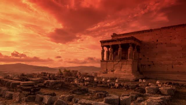 stockvideo's en b-roll-footage met 4k de caryatiden van het erechteion in athene van de acropolis. - athens