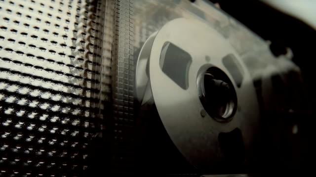 la cassetta è svolto nel viaggio vintage registratore di nastro di attrezzature audio - mangianastri video stock e b–roll