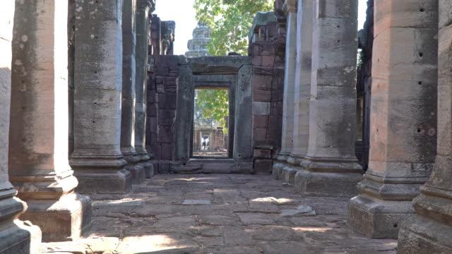 vídeos de stock, filmes e b-roll de o portão do castelo pode ser visto através do outro lado do castelo. - phimai