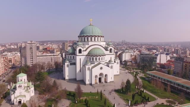 vídeos de stock, filmes e b-roll de a catedral de st como vai em belgrado, sérvia, a maior igreja ortodoxa cristã na europa oriental - sérvia