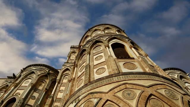 katedralen-basilikan monreale, är en romersk-katolsk kyrka i monreale, sicilien, södra italien - basilika katedral bildbanksvideor och videomaterial från bakom kulisserna