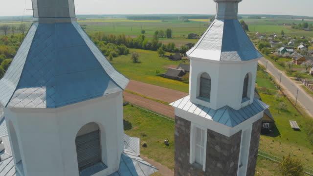 die katholische kirche unserer lieben frau von ruzhantsova im dorf radun. belarus. luftbild - religiöses symbol stock-videos und b-roll-filmmaterial