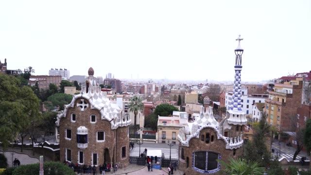 der zentrale eingang zum park guell in barcelona. lebkuchenhäuser. - lebkuchenhaus stock-videos und b-roll-filmmaterial