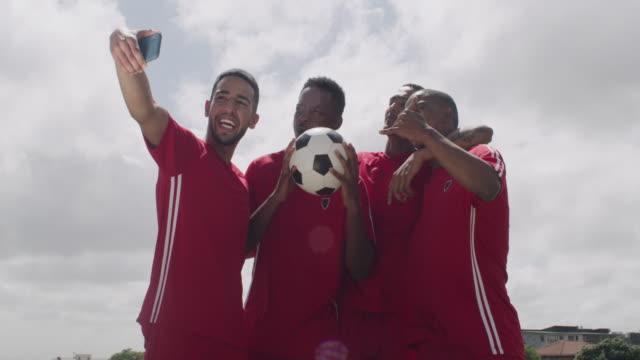 チャンピオンはオンラインで披露するに値する - サッカークラブ点の映像素材/bロール