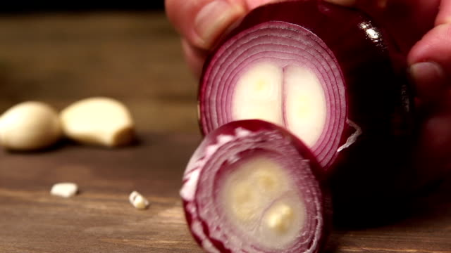the chef hands slicing red onion by knife slowmo - plasterek filmów i materiałów b-roll